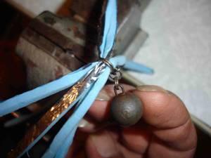 Крючковый монтаж и очебурашивание на тисах слесарных.